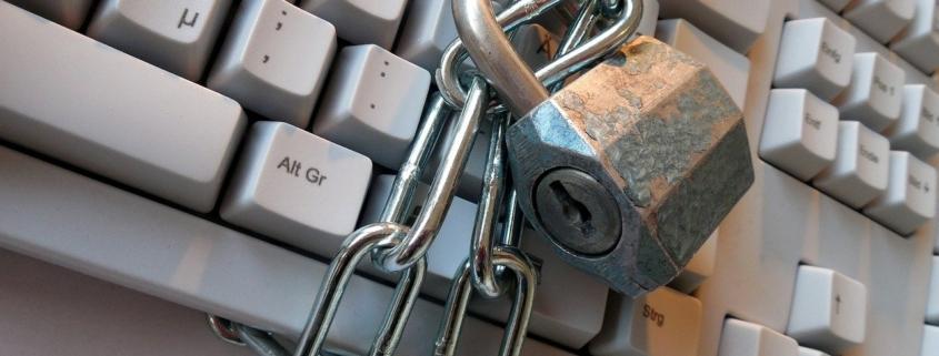 teclado envolto em correntes e preso com cadeado